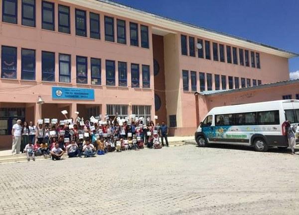 Bayer'in Toplum Gönüllüleri Vakfı (TOG) ile birlikte yürüttüğü Bayer Genç Bilim Elçileri Projesi'nin gezici birimi olan Bilim Tohumları Ekibi, Muş'ta çocuklarla buluştu.
