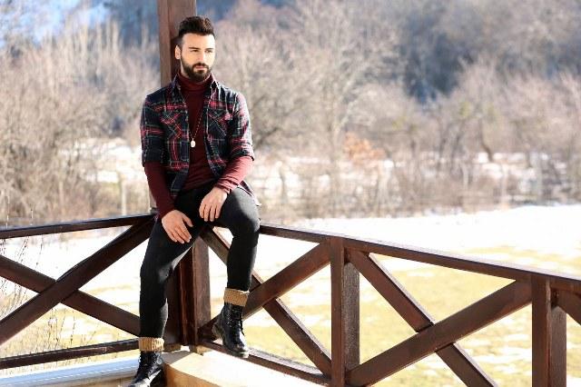 """Selim Çaldıran aranjörlüğünde, DMC etiketiyle çıkan ve kısa sürede ünlü sanatçının """"hit"""" eserleri arasındaki yerini alan """"Aşk Diye Soludum"""" adlı şarkının dinlenme rekorları kırdığını anımsatan Gizem Demir, şunları söyledi;"""
