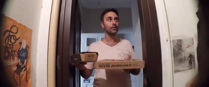 Pizza Hut Beşiktaş Şubesi'nden telefonla sipariş veren 3 müşteri, 5 TL'ye Sınırsız Menü sipariş etme şansı yakaladıklarını öğrendiler.