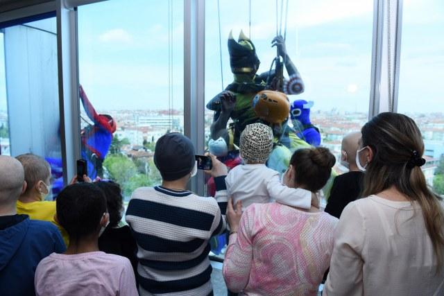 23 Nisan'da en sevdikleri süper kahramanlarla farklı bir şekilde karşılaştı. Yeditepe Endüstriyel Dağcılık'ın tırmanış ekibi, çocuklara unutamayacakları bir sürpriz yaşatmak için hummalı bir çalışmaya girdi. 6 kişiden oluşan ekip Örümcek Adam, Kaptan Amerika, Iron Man, Wolverine ve Hulk'un kostümlerini giyerek 12 katlı hastanenin çatısına çıktı.