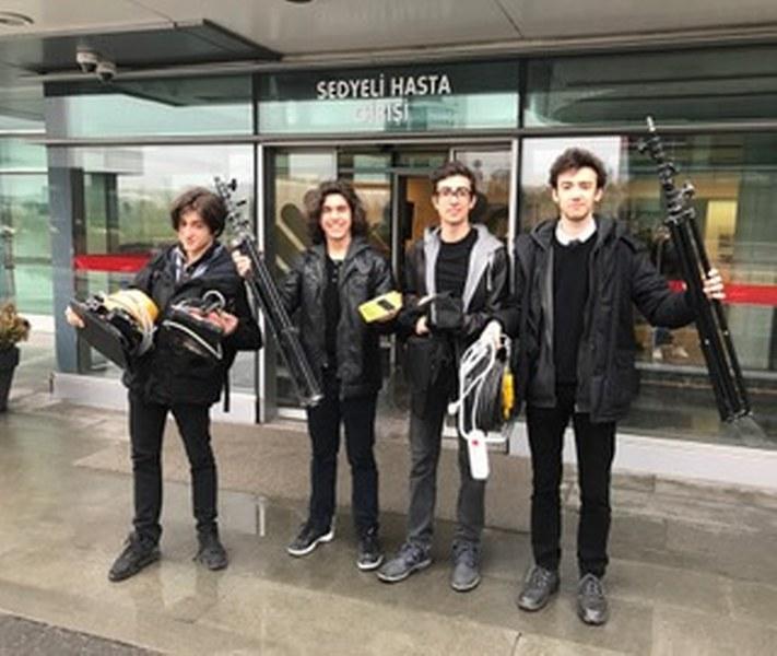 """Akdeniz Üniversitesi Güzel Sanatlar Fakültesi, Sinema ve Televizyon Bölümü öğrencileri Sinem Burcu Can Sevgi'nin """"Tohum"""" ve Mert Daş'ın """"Başka Bir Gezegende"""" isimli kısa film projelerinin çekimlerine ise Mart ayı içerisinde başlanacak."""