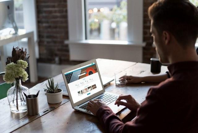 SincApp adlı uygulaması; uzmanların hak ettiği ödemeyi almalarına yardımcı oluyor, işverenlere de işin hangi aşamada olduğunu takip etme olanağı sunuyor.
