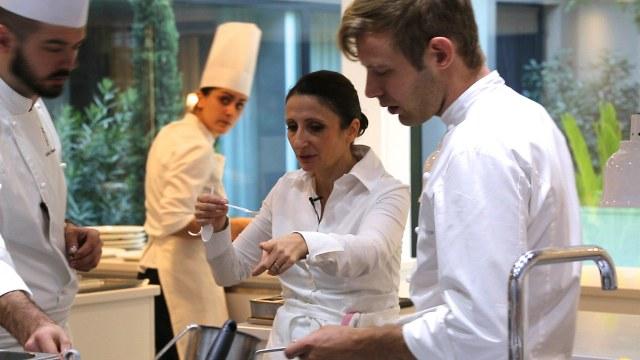 """İstanbul Uluslararası Film Festivali, Gastronomi Randevusu Bölümü filmlerinden """"Mutfağın Tanrıçaları""""nın 2 Aralık Cumartesi günü Salt Galata Oditoryum'da Şef Aylin Yazıcıoğlu'nun katılımıyla gerçekleşen gösterimi büyük ilgi gördü."""